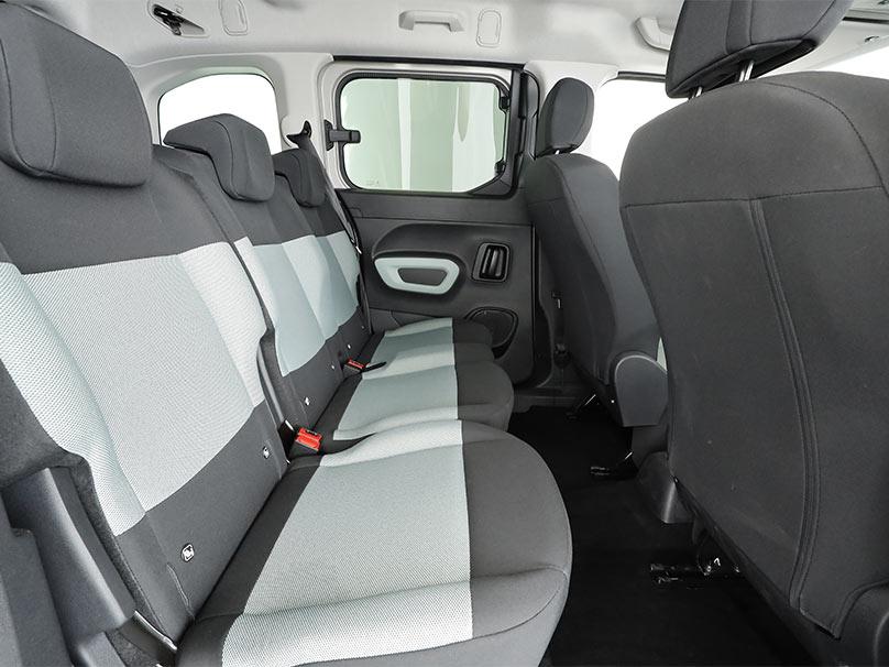 Vue de l'intérieur d'une voiture avec trois vrais sièges arrières pouvant accueillir trois sièges auto.