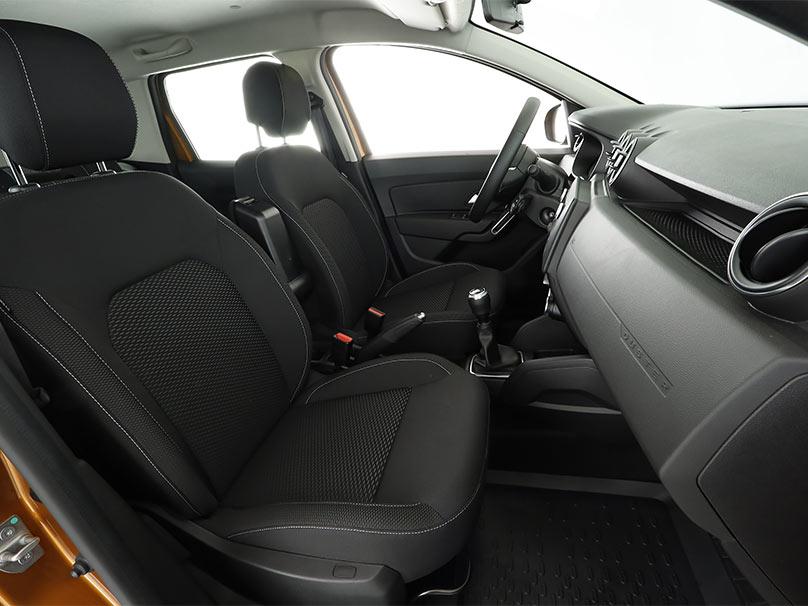 Vue sur les sièges avant d'une voiture ayant une assise haute.