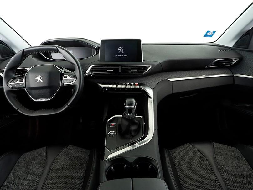 Zoom sur l'avant d'une Peugeot 208 pour connaître le fonctionnement de son GPS.