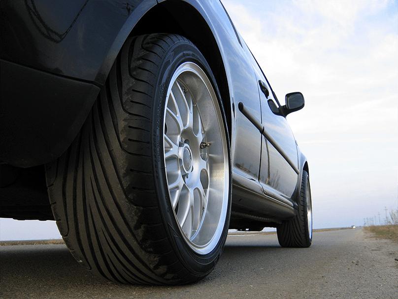Zoom sur les roues d'une voiture disposant de 4 roues motrices.
