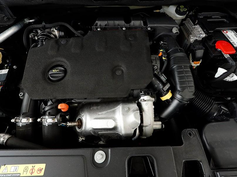 Zoom sur le moteur d'une Peugeot 3008 essence et sur l'huile la plus adaptée.