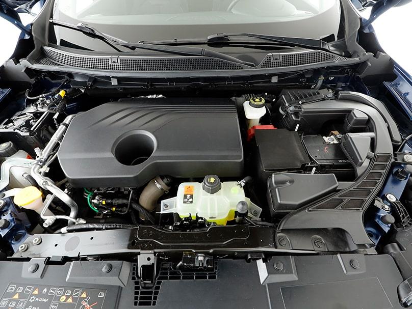 Un moteur fabriqués par Renault dans une voiture de la marque Mercedes.