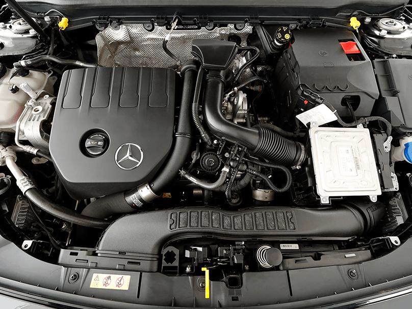 Zoom sur le moteur d'une Mercedes.